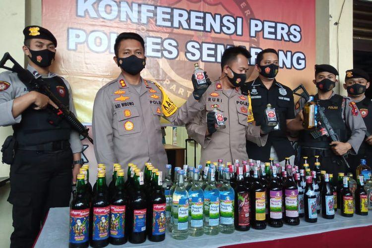 Kapolres Semarang AKBP Ari Wibowo menunjukkan miras sitaan hasil Operasi Lilin Candi.