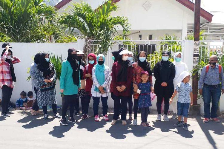 Pengungsi asal Afghanistan kembali menggelar aksi unjuk rasa di depan kantor International Organization for Migration (IOM) atau Organisasi Internasional untuk Migrasi di Kota Kupang, Nusa Tenggara Timur (NTT), Senin (3/5/2021)