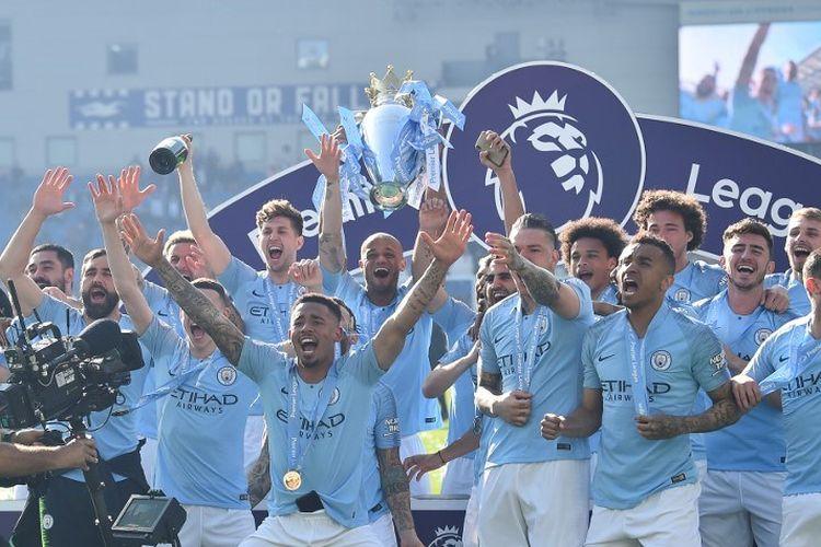 Para pemain Manchester City merayakan gelar juara Liga Inggris musim 2018-2019 seusai menang versus Brighton & Hove Albion di Stadion American Express Community, 12 Mei 2019.