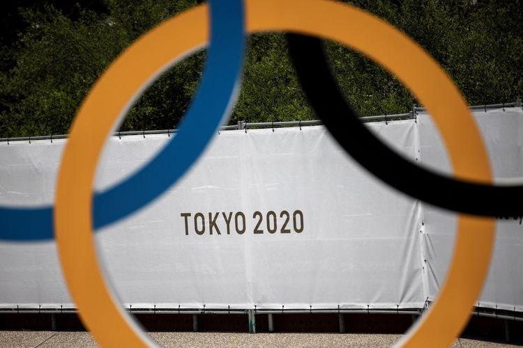 Logo Olimpiade Tokyo 2020 terpampang di Stadion Olimpiade, Tokyo, Jepang, pada 20 Juli 2020.