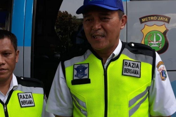 Kepala Unit Pelayanan Pajak Kendaraan Bermotor (PKB) dan Bea Balik Nama Kendaraan Bermotor (BBNKB) Jakarta Barat Joko Pujiyanto di bawah Flyover Tomang, Jakarta Barat, Jumat (1/11/2019)