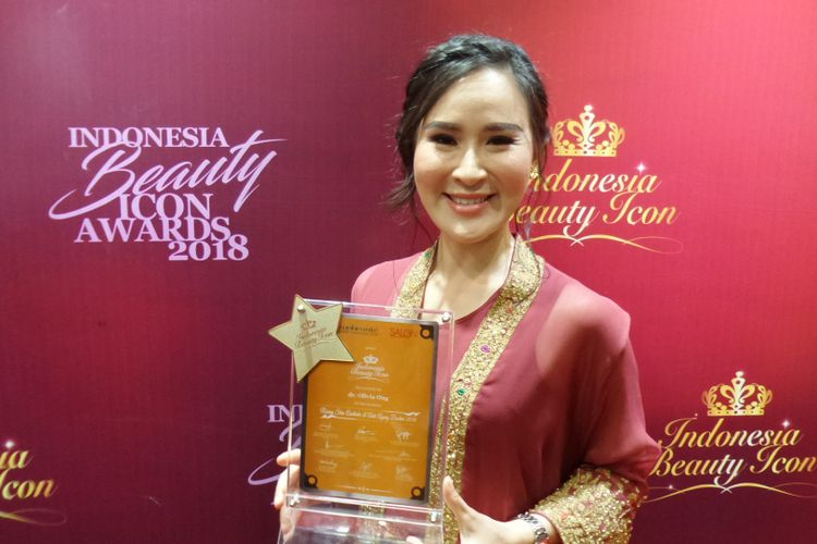 Dokter spesialis kulit sekaligus pendiri Jakarta Aesthethic Clinic (JAC) Olivia Ong ketika menerima penghargaan penghargaan Rising Star Aesthetic & Anti Ageing Doctor Indonesian Beauty Icon Awards 2018 di Jakarta Convention Center, Kamis (11/10/2018).