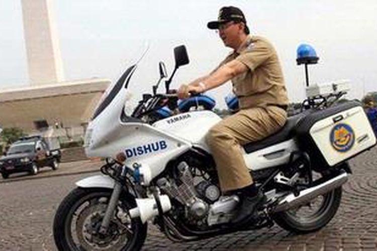 Wakil Gubernur DKI Jakarta, Basuki Tjahaja Purnama, mencoba motor patroli pengawal Dinas Perhubungan di sela-sela apel kesiagaan banjir di lapangan Monas Jakarta Pusat, Selasa (6/11/2012).