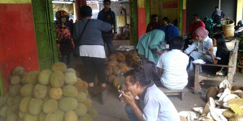 Buah durian diperjualikan di Pasar Durian, Semarang, Jawa Tengah, Sabtu (26/1/2019).