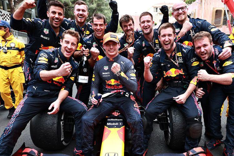 Tim balap Red Bull Racing Honda dengan Max Verstapen.