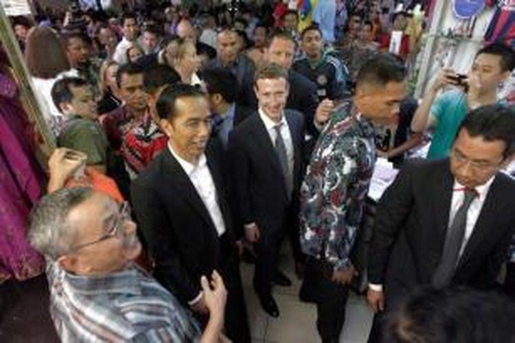 Gubernur DKI Jakarta yang juga presiden terpilih Joko Widodo (dua kiri) bersama CEO Facebook Mark Zuckerberg (tengah) mengunjungi Blok A Pasar Tanah Abang, Jakarta, Senin (13/10/2014).