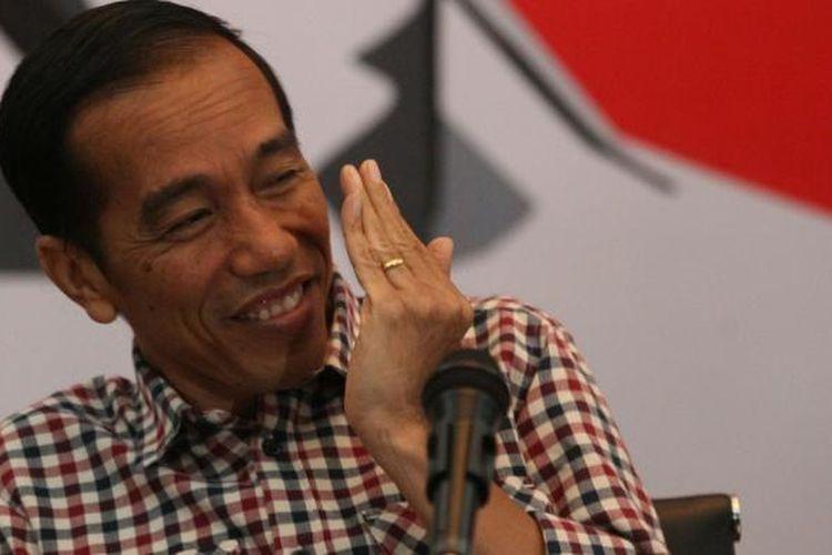 Capres nomor urut 2, Joko Widodo (Jokowi), saat menggelar konferensi pers di Hotel Holiday Inn, Bandung, Jawa Barat, Kamis (3/7/2014). Dalam kesempatan yang juga dihadiri cawapres pasangannya, Jusuf Kalla (JK), ia menyampaikan 9 Program Nyata Jokowi-JK jika terpilih sebagai presiden. KOMPAS/WISNU WIDIANTORO