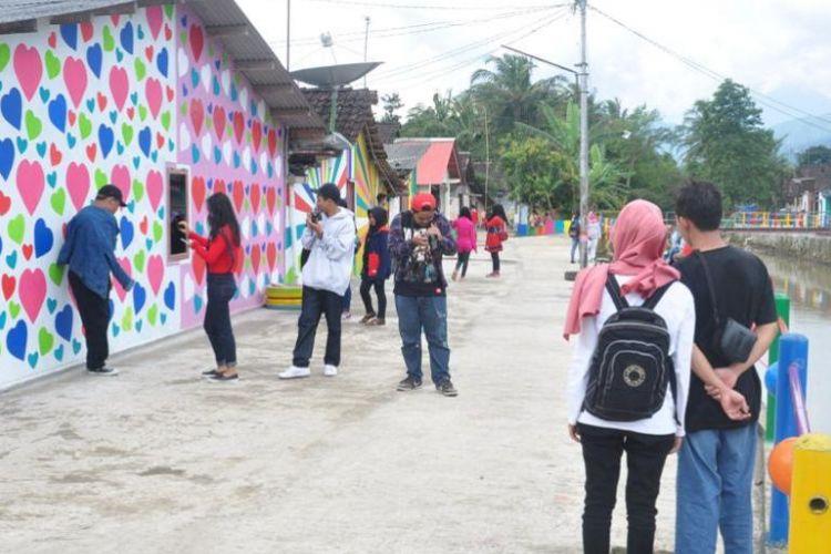 Kampung Kali Werno, Desa Bejelen, Kecamatan Ambarawa, Kabupaten Semarang menjadi obyek swa foto para pengunjung.