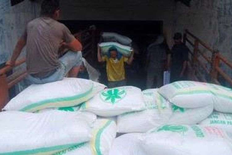 Ilustrasi: Sejumlah karyawan Pabrik Gula (PG) Rendeng mengangkut gula ke atas truk di gudang gula PG Rendeng, Kabupaten Kudus, Jawa Tengah, Senin (15/10/2012).