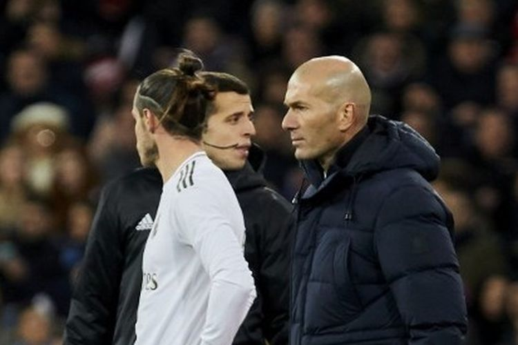 Gareth Bale (jersei putih) dan Zinedine Zidane (paling kanan).