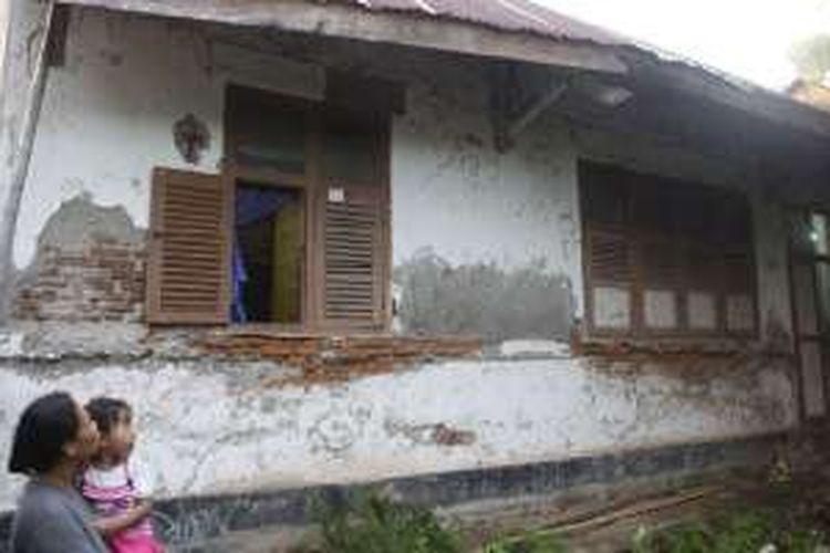 Bangunan bekas Stasiun Takalar yang kini difungsikan sebagai rumah tinggal di Kelurahan Takalar, Kecamatan Mappakasunggu, Kabupaten Takalar, Sulawesi Selatan, seperti terlihat, Kamis (17/11/2016). Stasiun itu merupakan satu dari dua bangunan yang masih tersisa dari jalur kereta api Makassar-Takalar yang beroperasi tahun 1922-1930.
