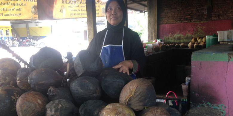 Kelapa bakar bu Warsito di Semarang, Jawa Tengah.