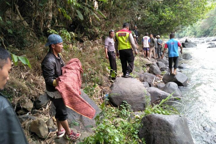Proses evakuasi penemuan jasad anak di sungai Cimandiri, Nyalindung,Sukabumi, Jawa Barat, Minggu (22/9/2019).