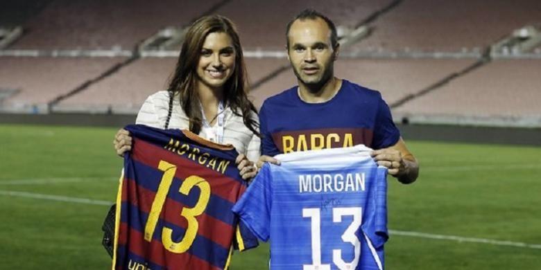 Alex Morgan (kiri) dan Andres Iniesta (kanan).