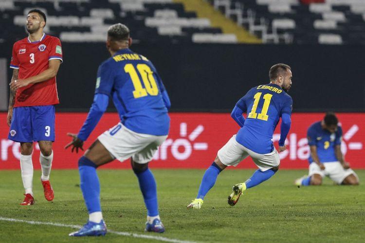 Everton Ribeiro melakukan selebrasi usai menjebol gawang Chile dalam laga Kualifikasi Piala Dunia 2022 di Estadio Monumental David Arellano, 2 September 2021.