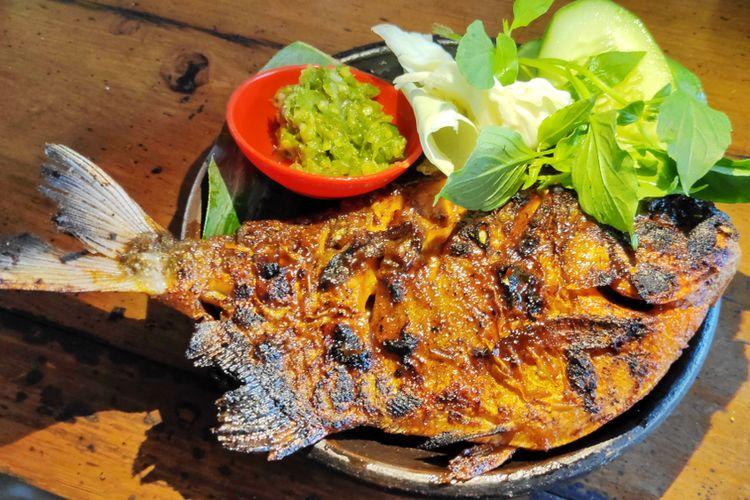 Ilustrasi ikan bawal bakar madu dengan lalapan dan sambal cabai hijau.