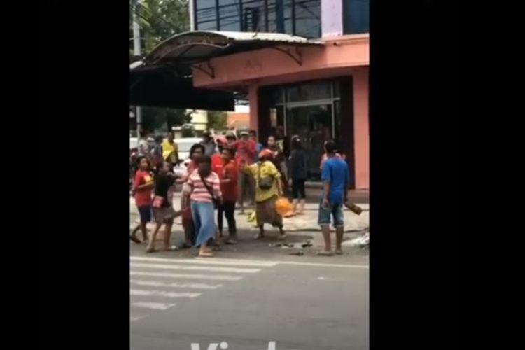 Viral video di Facebook dan YouTube belasan gelandangan dan pengamen terlibat adu jotos di perempatan lampu merah Jalan Gajah Mada, Kota Mojokerto, Jawa Timur, Selasa (4/8/2020).