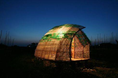 Siaga Bencana dengan Rumah Berbahan Bambu dan Beratap Botol Plastik