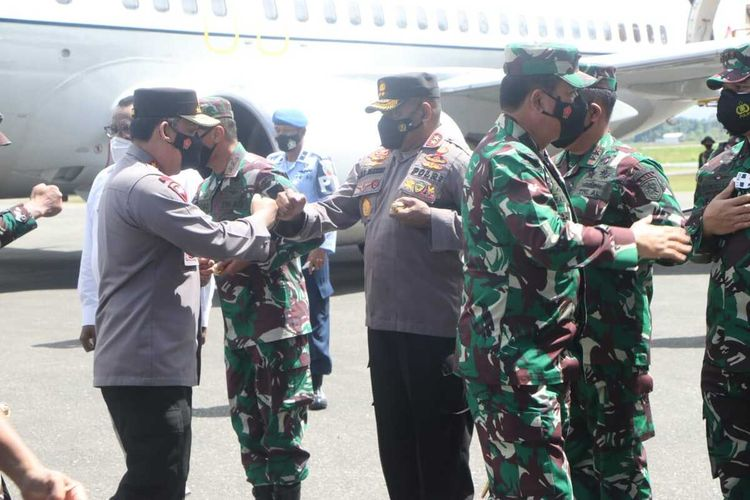 Panglima TNI Marsekal Hadi Tjahjanto dan Kapolri Jenderal Listyo Sigit Prabowo, tiba di Bandara Moses Kilangin Timika, Kabupaten Mimika, Papua, Jumat (7/5/2021)