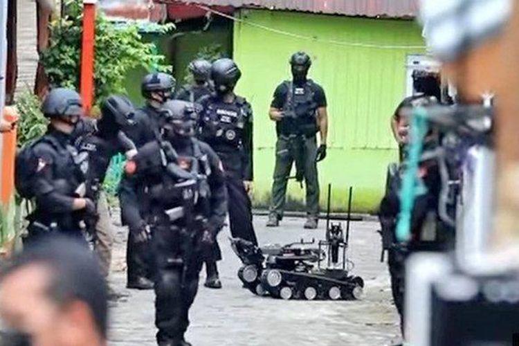 Polisi di rumah terduga pelaku bom bunuh diri Gereja Katedral Makassar, Sulawesi Selatan, Senin (29/3/2021).