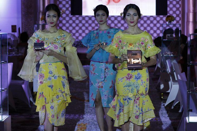 Koleksi busana terbaru dari Jeanny Ang, bertemakan Beauty Treasure dalam perayaan First Anniverysay SamKim di Jakarta, Jumat (24/3/2017).