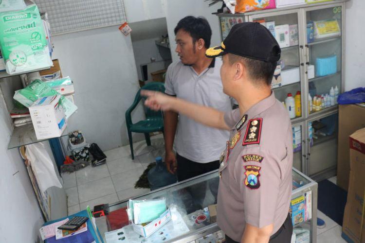 Kapolres Gresik AKBP Kusworo Wibowo (kanan) saat mengecek ketersediaan stok masker di salah satu apotek yang ada di Gresik, Selasa (3/3/2020).