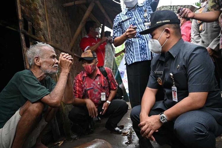Bupati Kebumen Arif Sugiyanto (kanan) menemui Sudarsono alias Mbah Susah yang hidup di gubuk reot Desa Karangrejo, Kecamatan Petanahan, Kabupaten Kebumen, Jawa Tengah, Selasa (14/9/2021).