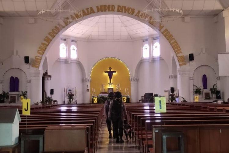 Polisi sterilisasi Gereja Katedral Semarang