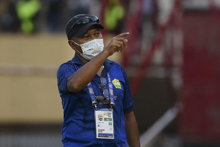 Kepala Pelatih tim Aceh Fakhri Husaini memberikan instruksi kepada pemainnya saat pertandingan babak enam besar Sepak Bola putra PON Papua di Stadion Mandala, Kota Jayapura, Papua, Rabu (6/10/2021). Tim sepak bola Papua menang atas tim Aceh dengan skor akhir 1-0. ANTARA FOTO/Nova Wahyudi/wsj.