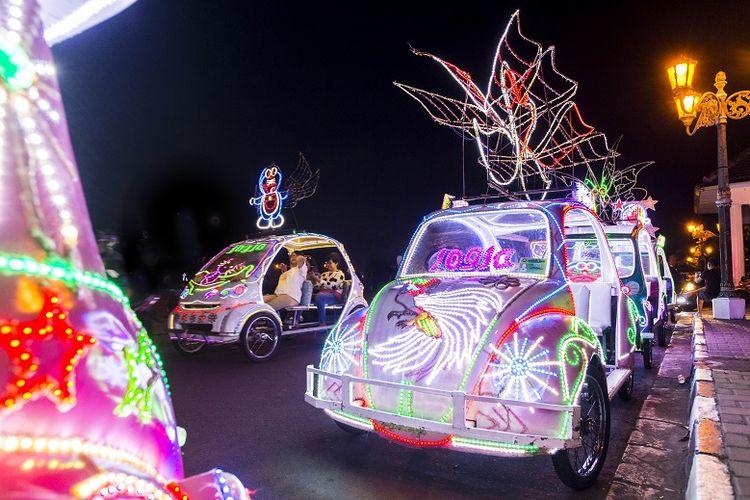 Mobil-mobil berlampu di Alun-Alun Kidul Yogyakarta.
