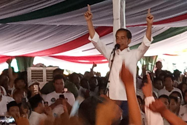 Calon presiden nomor urut 01 Joko Widodo saat menyampaikan orasi politiknya di hadapan pendukungnya di Sentul, Bogor, Jawa Barat, Jumat (12/4/2019).