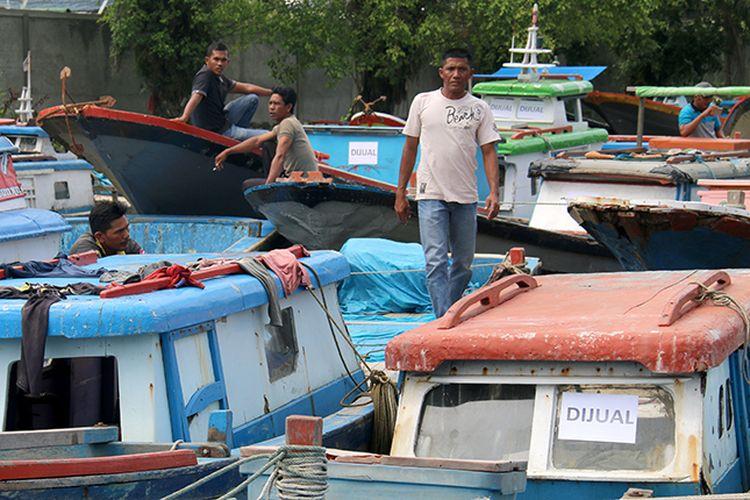 Ratusan nelayan tradisonal wilayah Lhok Padang Seurahet dan Rundeng, Kecamatan Johan Pahlawan, Aceh Barat menjual boat karena takut ditangkap saat melaut.