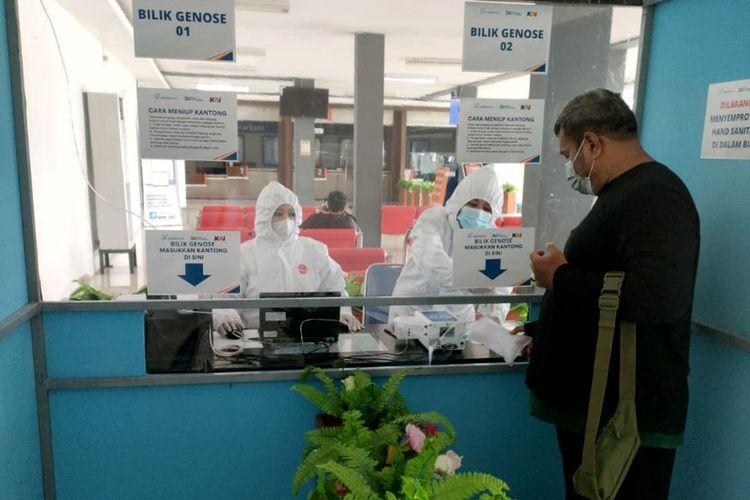 Seorang penumpang kereta api melakukan pendaftaran untuk pemeriksaan Covid-19 menggunakan GeNose C19 di Stasiun Blitar, Selasa (30/3/2021)