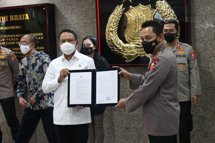 Menpora Zainudin Amali dan Kapolri Listyo Sigit Prabowo saat menunjukkan Izin Kompetisi Liga 1 dan Liga 2 dalam sesi jumpa pers di Mabes Polri, Jakarta Selatan, pada Senin (31/5/2021) sore WIB.