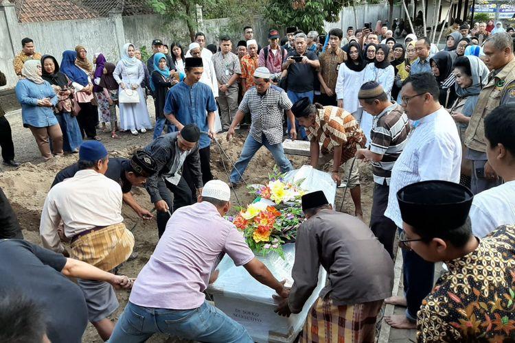 Proses pemakaman dr Soeko, salah satu korban kerusuhan Wamena, di Yogyakarta, Jumat (27/9/2019)(KOMPAS.com/WIJAYA KUSUMA)