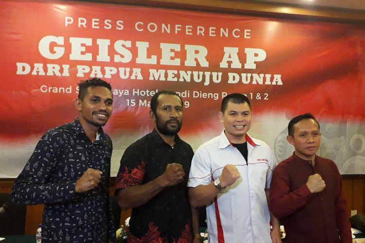 Petinju asal Papua, Geisler AP (dua dari kiri) bersama mantan juara dunia tinju Chris John saat menggelar konferensi pers di Jakarta, Jumat (15/3/2019).