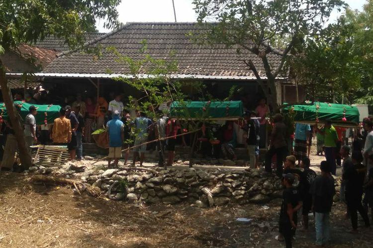 Suasana pemberangkatan jenazah satu keluarga korban tewas tersengat setrum listrik jebakan tikus warga Desa Tambahrejo, Kecamatan Kanor, Kabupaten Bojonegoro, Jawa Timur, Senin (12/10/2020).