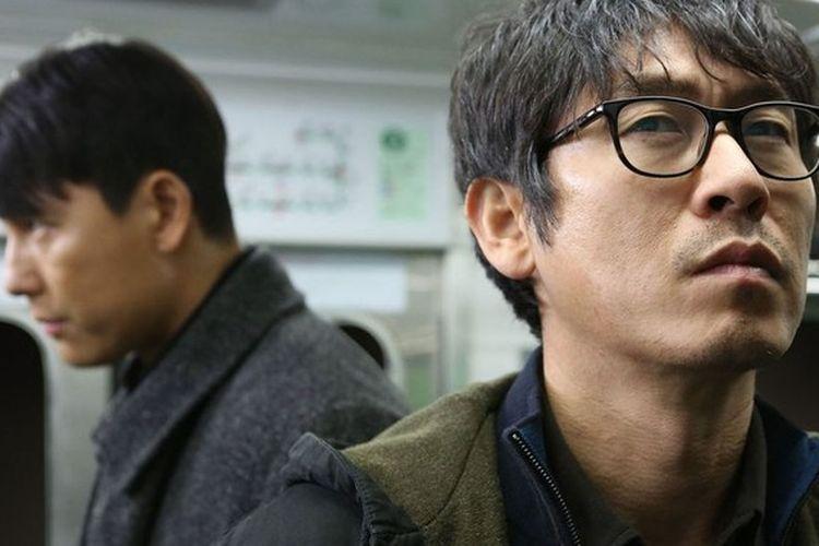Film Cold Eyes (2013) diperankan oleh Sol Kyung-gu dan Jin Kyung, dan Jung Woo-sung.