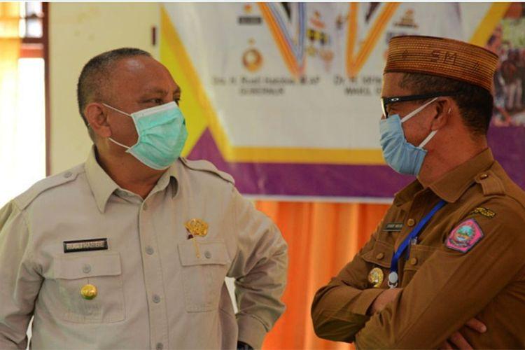 Gubernur Gorontalo Rusli Habibie (kiri) berbincang dengan Bupati Pohuwato Syarief Mbuinga (kanan).