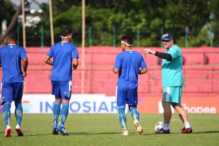 Pelatih Persib Bandung Robert Rene Alberts (biru muda) saat tim Persib Bandung uji lapangan jelang laga lawan PSM di Stadion Andi Mattalatta, Makassar, Sabtu (17/8/2019).
