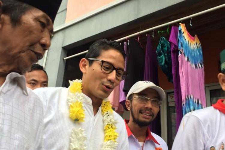 Calon wakil gubernur DKI Jakarta, Sandiaga Uno saat blusukan di Kampung Deret Petogogan, Jakarta Selatan, Sabtu (28/1/2017).