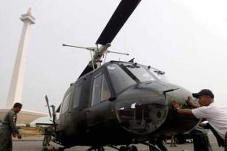 Ilustrasi: Anggota TNI Angkatan Darat menyiapkan helikopter Bell 205 di kawasan Monumen Nasional, Jakarta, Rabu (3/10/2012). Persiapan ini dalam rangka pameran alutsista menyambut HUT TNI ke-67 yang berlangsung 6-8 Oktober 2012.