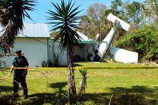 Pesawat Terbang Ringan Jatuh Menimpa Rumah Mobil, Dua Kritis