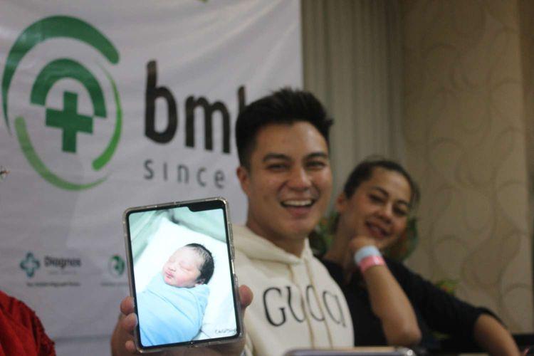 Baim Wong dan Paula Verhoeven dikaruniai seorang anak di Rumah Sakit Bunda,Menteng,Jakarta,Sabtu(28/12/19). Baim Wong menunjukkan foto anaknya.