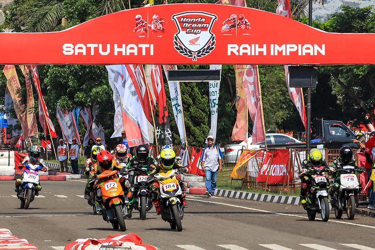 Keseruan kelas balap Honda Matic standar sampai dengan 130 cc wanita pada Honda Dream Cup 2019 di Cimahi, Jawa Barat, Minggu (24/11/2019).