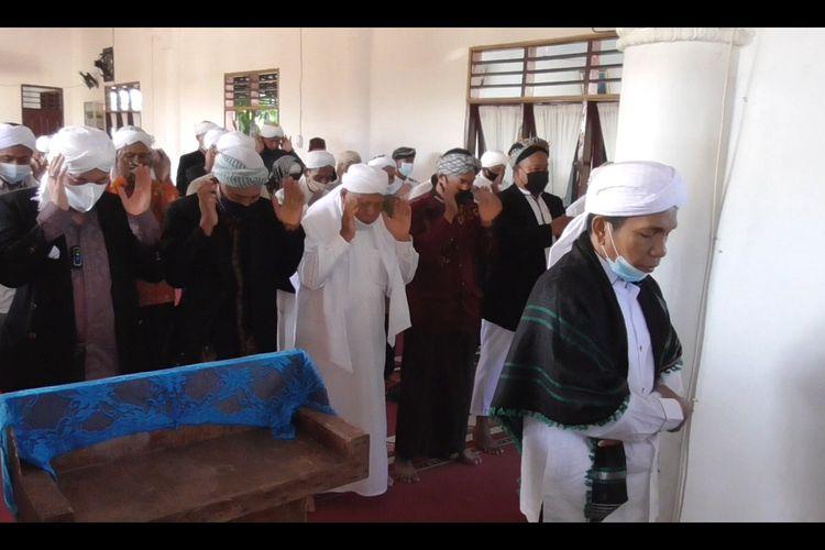 Seratusan jemaah tarekat Naqsabandiyah melaksanakan salat Idul Adha di Medan, Senin (19/7/2021).