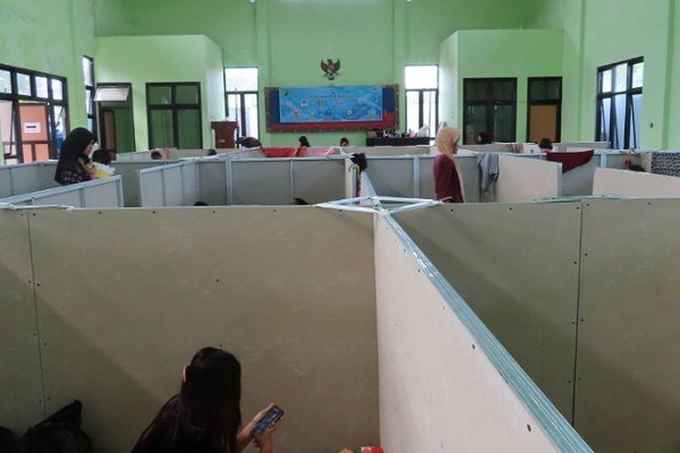 Lokasi pengungsi di Aula Kecamatan Pekalongan Barat Kota Pekalongan Jawa Tengah yang sudah disekat.