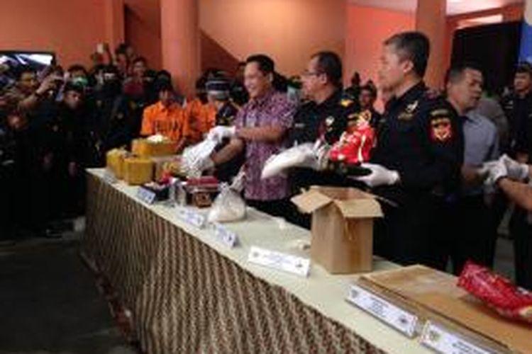 Kantor Pelayanan Utama Bea Cukai Bandara Soekarno-Hatta merilis akumulasi pengungkapan kasus narkoba dan adanya narkoba jenis baru, Selasa (24/11/2015). Ada lima orang tersangka yang dihadirkan dari total 15 orang tersangka dalam 19 kasus yang ditangani empat bulan terakhir.