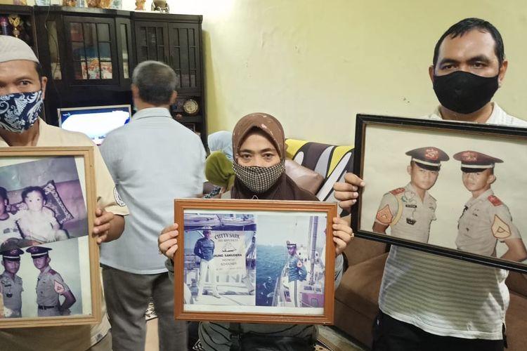Suasana muram meliputi kediaman Ida Farida di Sukmajaya, Depok, Kamis (22/4/2021). Putranya, Kolonel Harry Setiawan, dikabarkan ada di antara 53 awak KRI Nanggala 402 yang hilang kontak di perairan sekitar 97 kilometer di utara Pulau Bali.