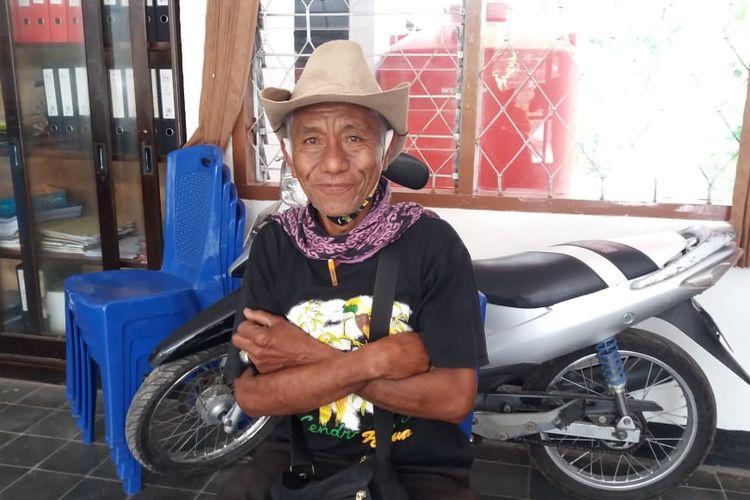Simon Lunu Kase (67) warga Desa Nobi-Nobi, Kecamatan Amanuban Tengah, Kabupaten Timor Tengah Selatan (TTS), Provinsi Nusa Tenggara Timur (NTT), yang mengembalikan bantuan sosial Rp 600.000 dari Pemerintah Pusat